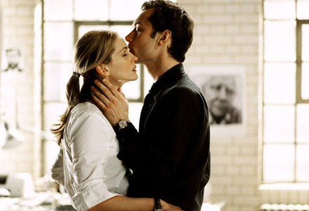 Jude Law and Julia Roberts in the movie Closer