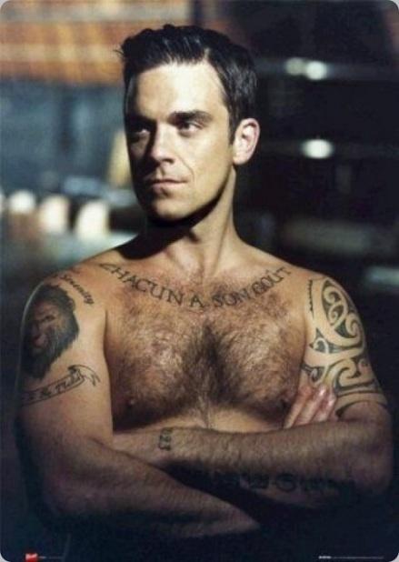 Robbie Williams. Aquí va un ejemplo de lo que sí se debe hacer. Robbie lleva tatuajes pero no se depila. Más masculino, imposible.